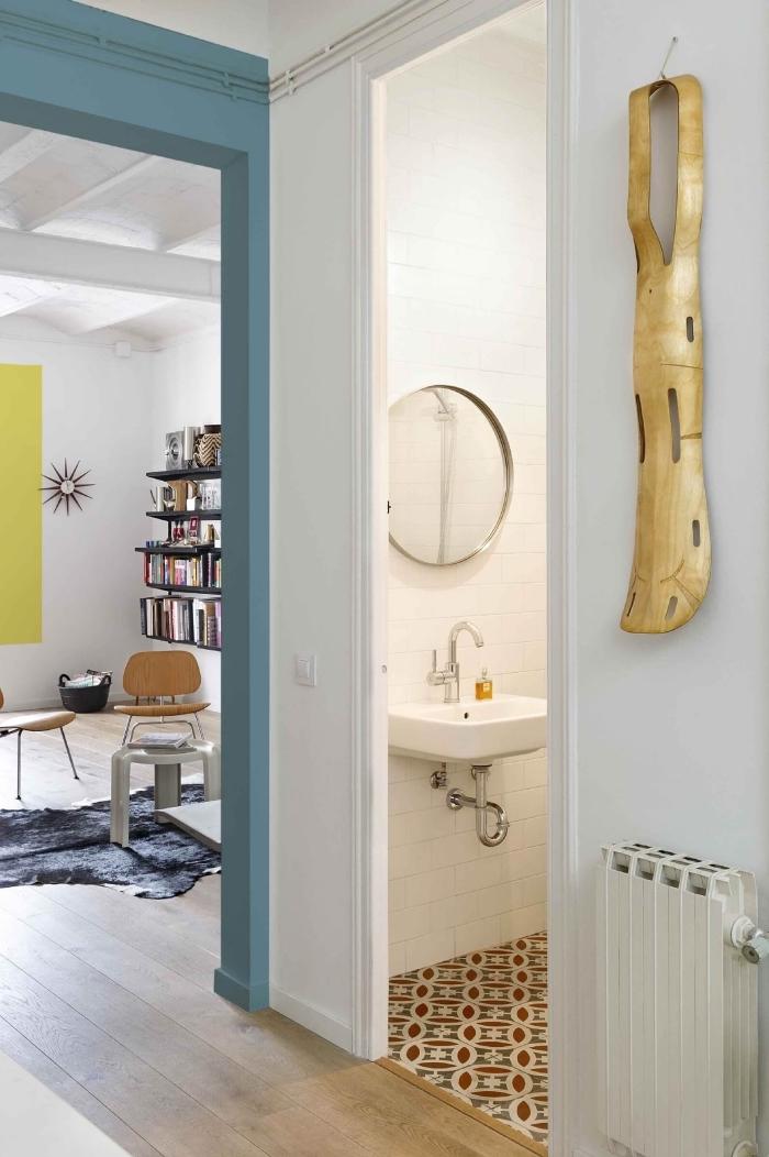 deco couloir qui attire le regard par de petites touches du couleur sur l'encadrement de la porte et dans les autres pièces à vivres