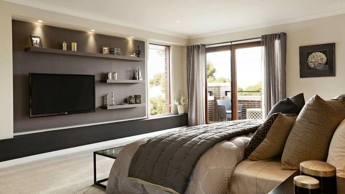 chambre adulte moderne, mur gris, rideaux gris, coussins beiges, spots au plafond, tv murale