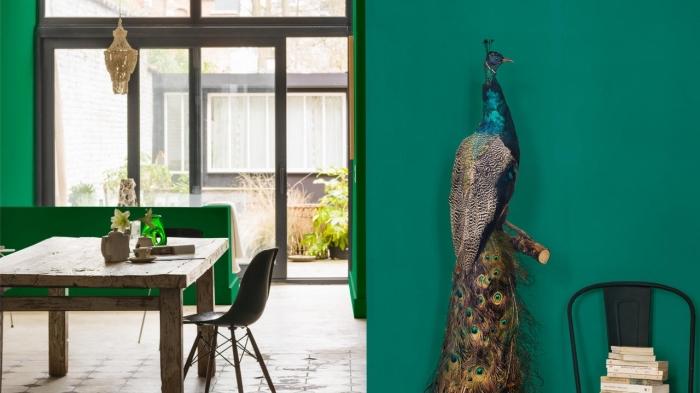 quelle peinture pour couloir ou entrée, déco de salon aux murs vert avec meubles de bois style rustique et plancher en carreaux beige