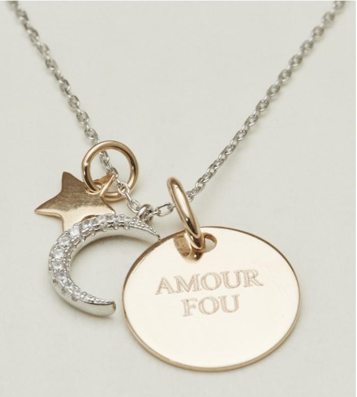 un joli collier gravé en or pour surprendre la femme de votre vie