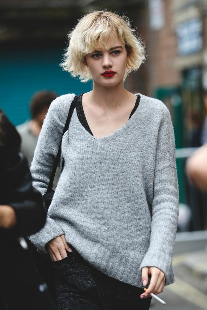 street style féminin, pull gris clair, rouge à lèvres vif, coiffure carré cheveux blonds, carré frangé messy