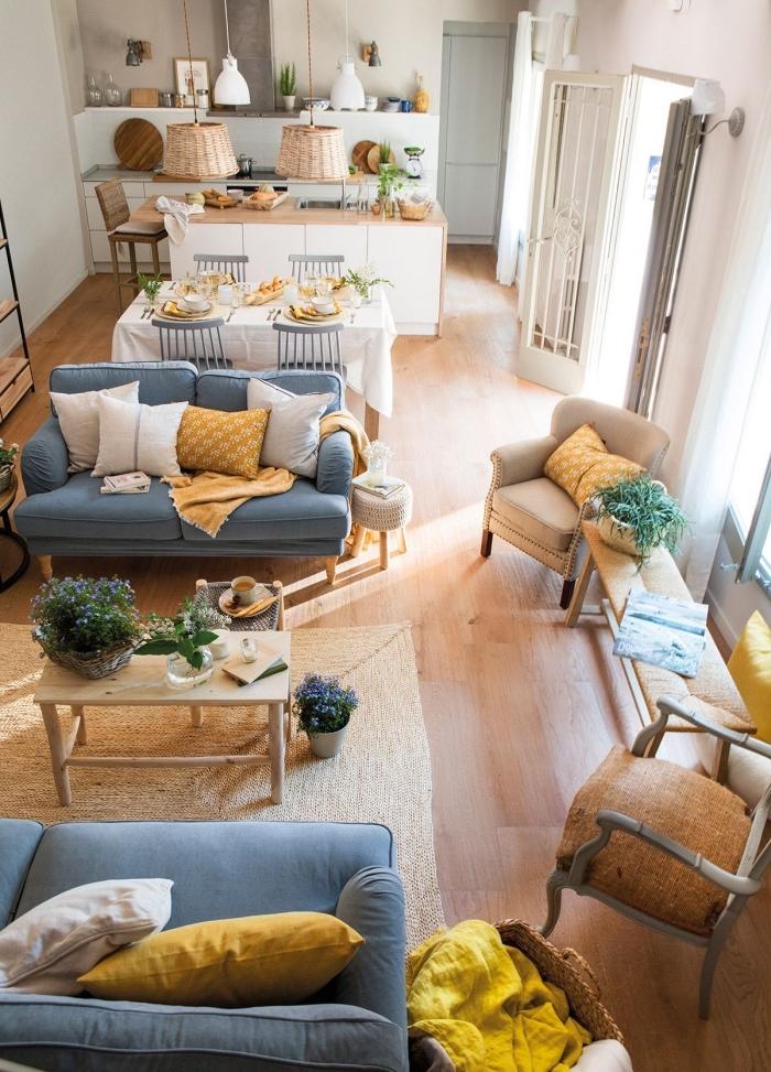 décoration salon blanc avec meubles de bois, quels accessoires déco pour une pièce cozy, coussins de couleur jaune