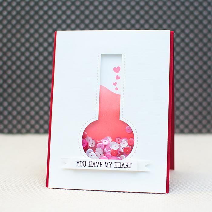 fiole remplie de strass couelur rose et blanc, idée de carte de voeux originale pour la saint valentin à faire soi meme