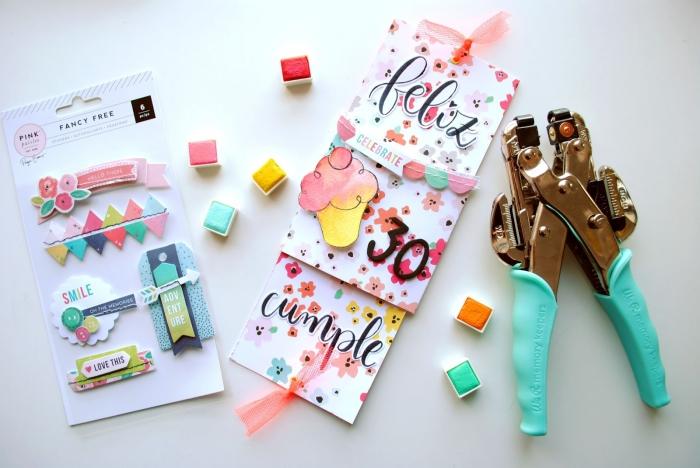 kit d'embellissement et figurines scrapbooking, comment décorer une carte d'anniversaire avec stickers scrapbook