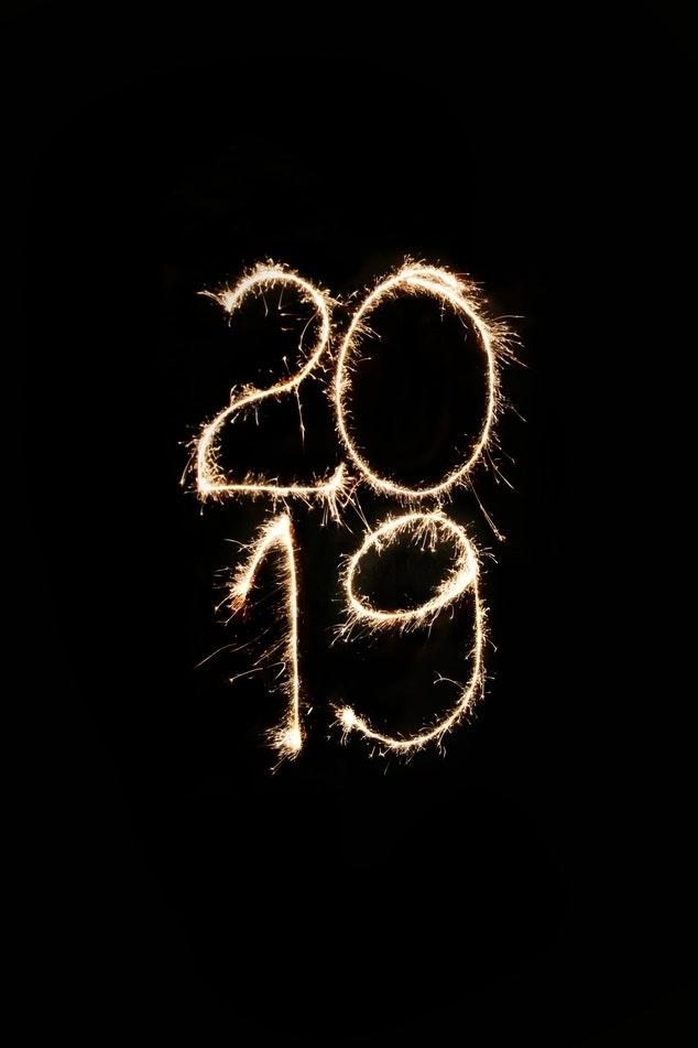 Célébration pour la nouvel an 2019, chiffres en feu artificiel, photo à longue exposition, écrire ce que tu veux en fond noir