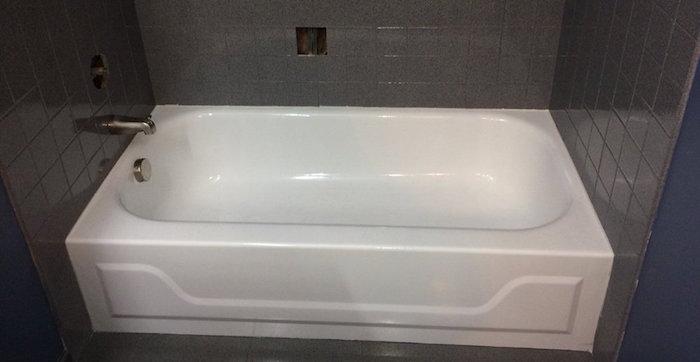 renovation de sdb avec carrelage mural gris anthracite et baignoire refaite avec peinture epoxy