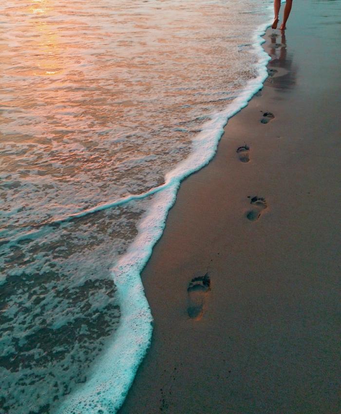 Se promener sur la plage, image couple amoureux, image romantique parfait photo à utiliser comme fond d écran, pas et ondes