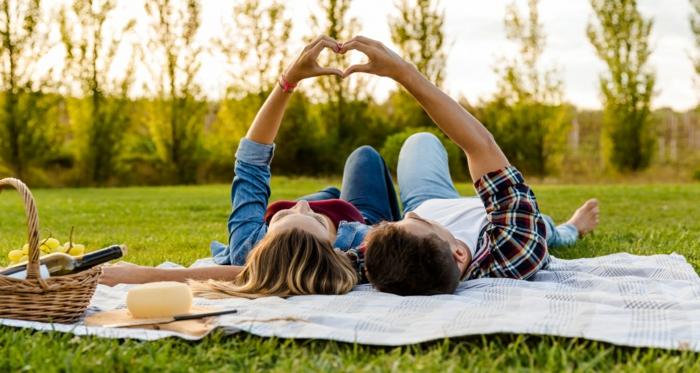 Faire un pique nique, couple mains coeur, image st valentin, image romantique belle image d'amour idée de carte à envoyer