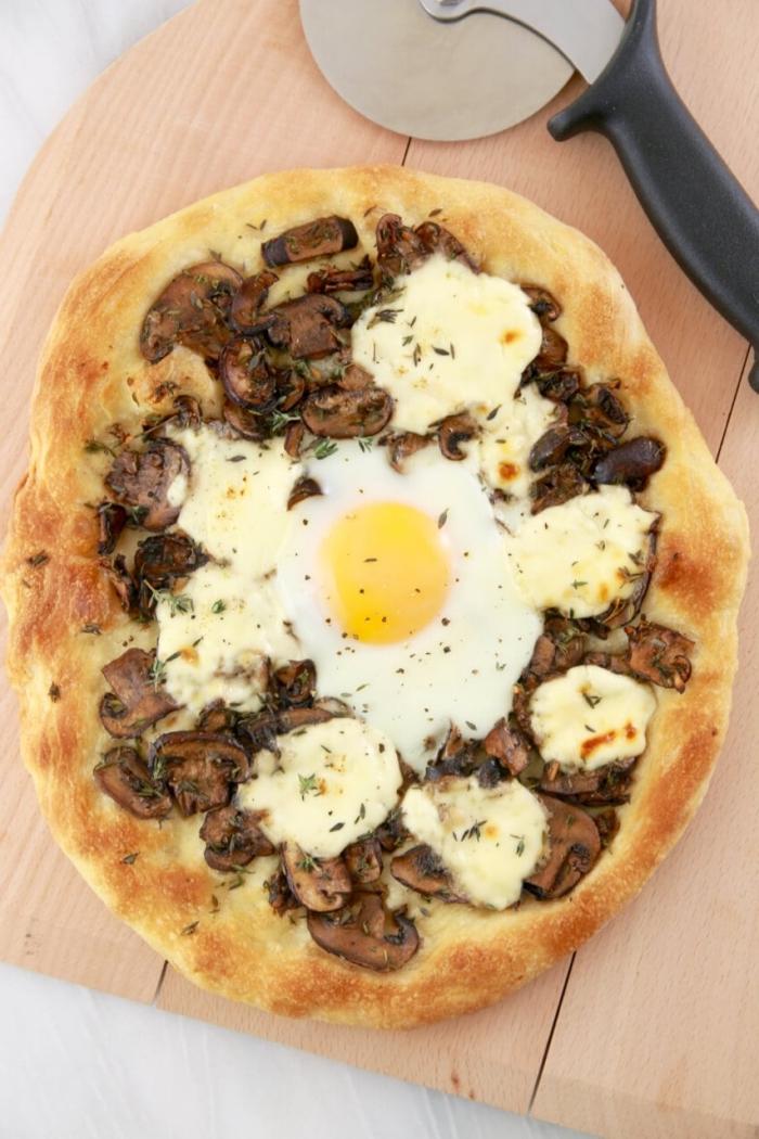 recette de pizza rapide aux champignons, au mascarpone et à l'oeuf à manger au petit-déjeuner ou au dîner