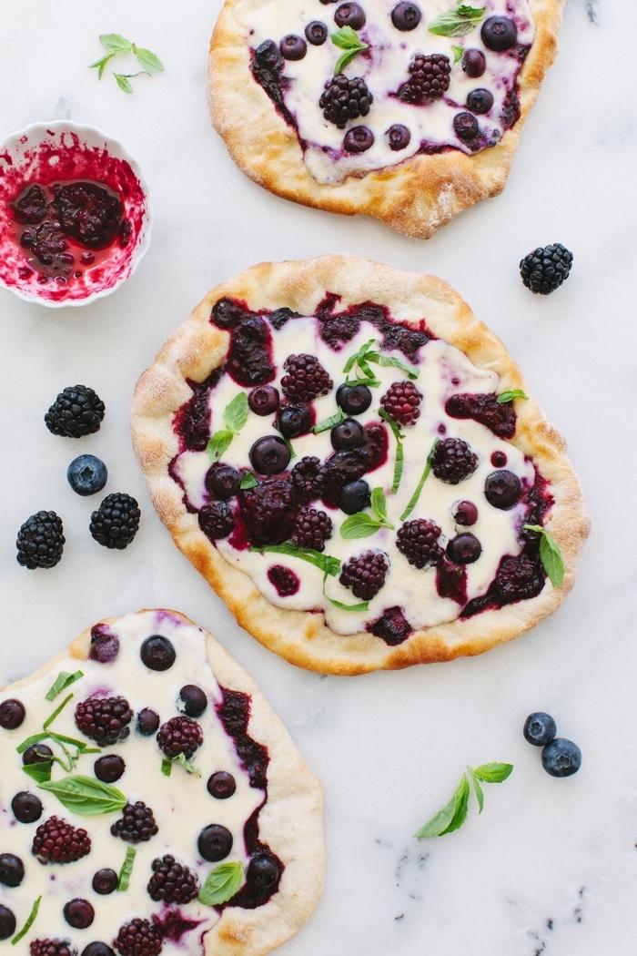 idée de dessert pizza au mascarpone fouetté, mûres et myrtilles, pizza avec mascarpone recette facile et rapide
