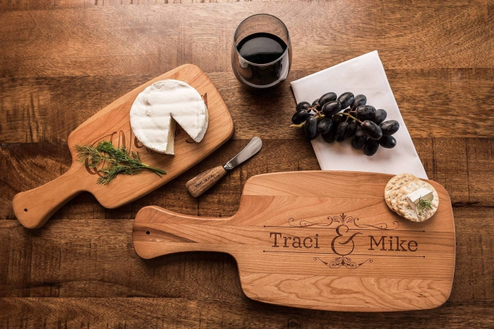 accessoire de cuisine personnalisé, cadeau saint valentin pour deux, modèle de planche à découper avec gravure