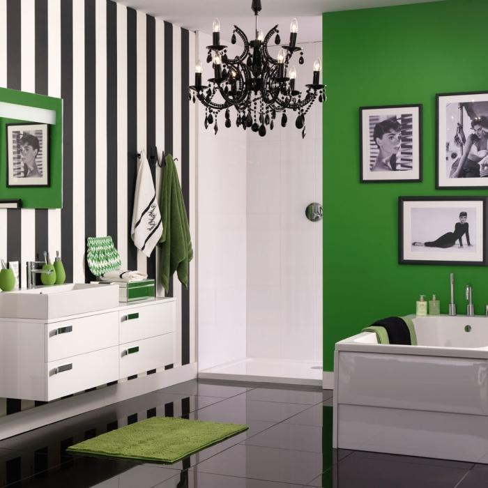 décoration salle de bain en blanc et noir avec pan de mur en vert malachite, exemple mur de cadres photos blanc et noir