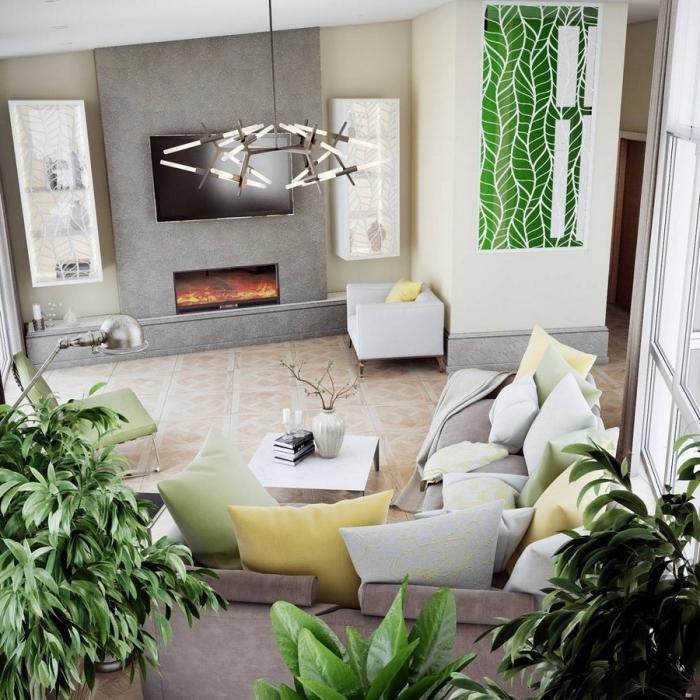 design intérieur style contemporain dans un salon beige et gris avec cheminée, modèle de canapé gris décoré avec coussins de couleurs jaune et vert pastel