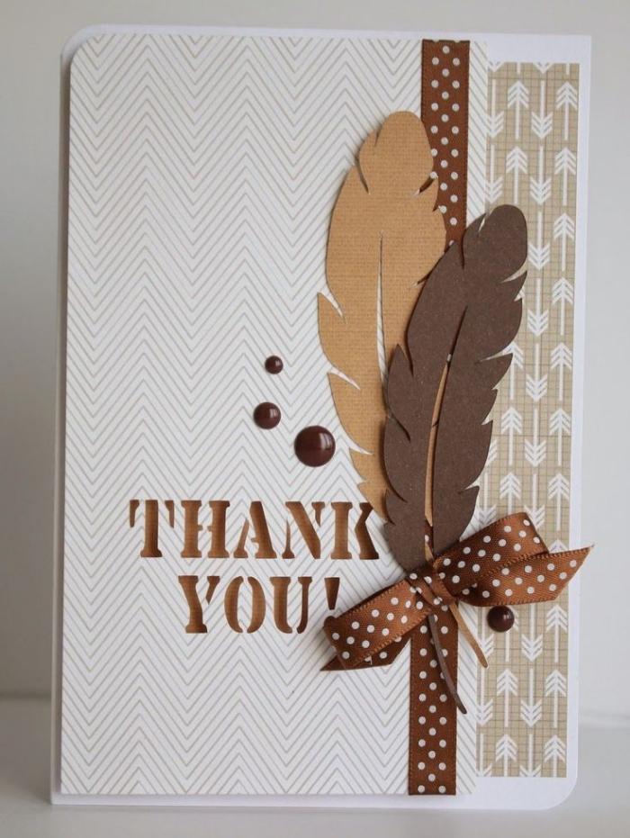 modèle de carte faite maison en papier cartonné blanc aux motifs géométriques, déco scrapbooking avec plumes en feuille cartonnée