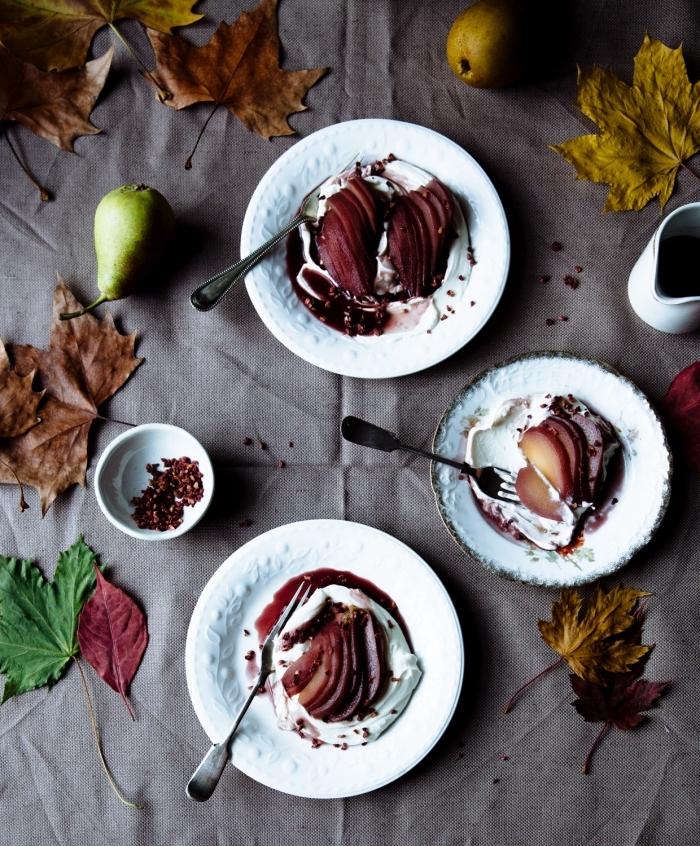 dessert avec mascarpone rapide et facile, des poires pochées au vin rouge et à la cannelle garnies de mascarpone
