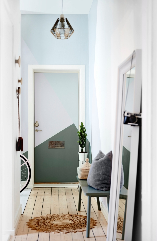 peinture porte interieur graphiques à motifs géométriques en tons pastel et en vert qui reprend discrètement les couleurs du couloir