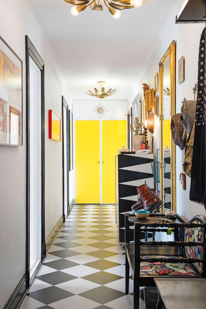 peinture porte interieur jaune fluo qui crée une sensation de profondeur dans ce couloir graphique aux accents noir et or