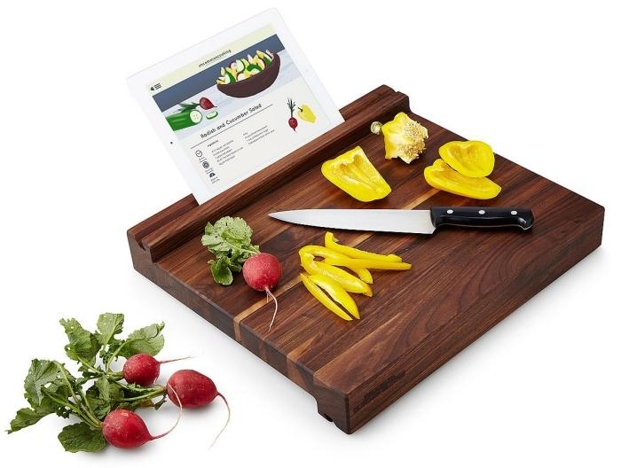 accessoire de cuisine, cadeau saint valentin couple, objet pour fans de la cuisine, planche à découper avec support tablette