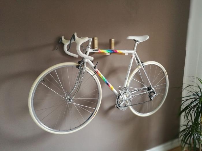 un porte-vélo mural réalisé à partir d'un