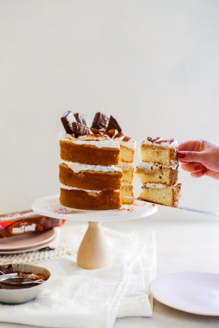 recette de naked cake composé de trois génoises recouvertes de chantilly au mascarpone décoré de barres chocolatées