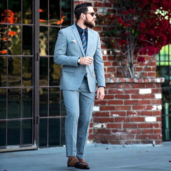 chaussures deux boucles, costume marié gris, cravate motifs diagonaux, mur en briques, costule habillé homme