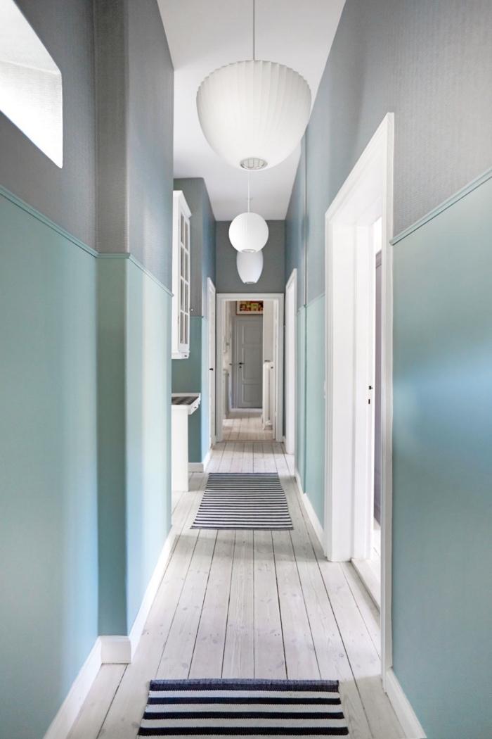 de quelle couleur peindre un couloir avec beaucoup de porte, un couloir long et étroit en gris, vert menthe à l'eau et blanc qui donnent une sensation de largeur