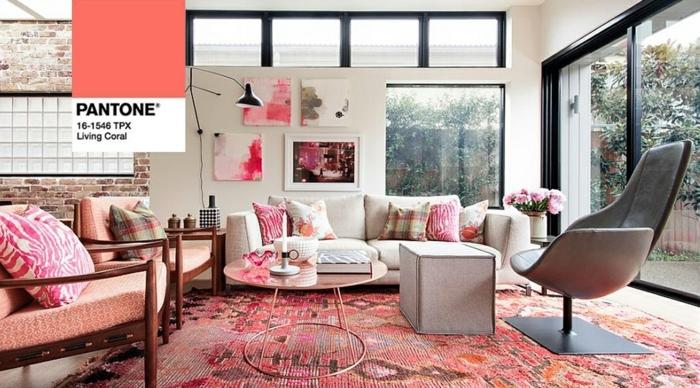 tapis rose, fauteuils roses, fauteuil cocoon, table basse ronde, sofa gris clair, tableaux abstraits