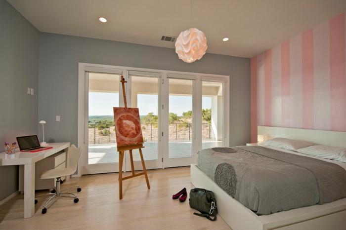 chambre de teenage en trois couleurs;, plafonnier blanc forme originale, bureau ikea, chaise pivotante
