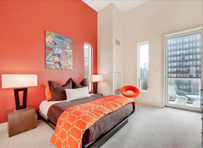 couleur ideale pour chambre adulte, mur peint orange, deux chevets en bois, lampes de chevet, peinture abstraite