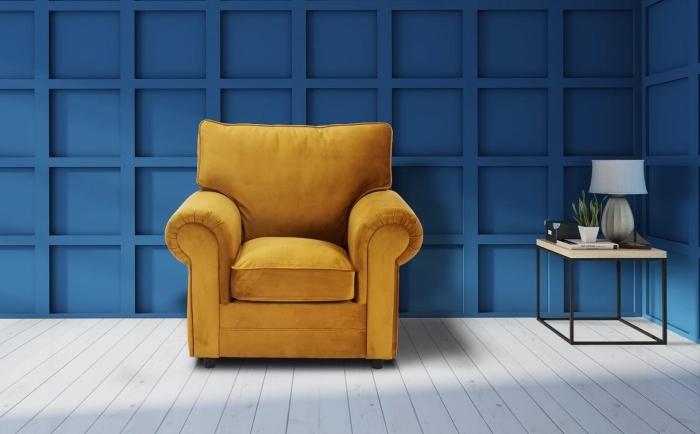 les couleurs qui vont ensemble pour la déco du salon, pièce aux murs bleu foncé et parquet blanc aménagée avec fauteuil jaune