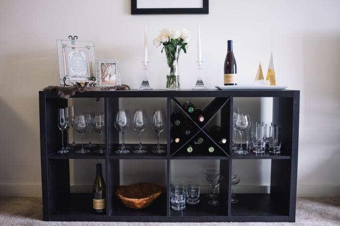 porte bouteille ikea qui est en vérité un meuble de rangement kallax peint en noir et posé à la verticale