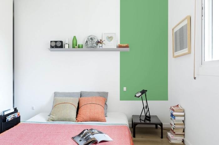 comment aménager une petite chambre à coucher blanche avec pan de mur vert amande, couverture de lit couleur corail