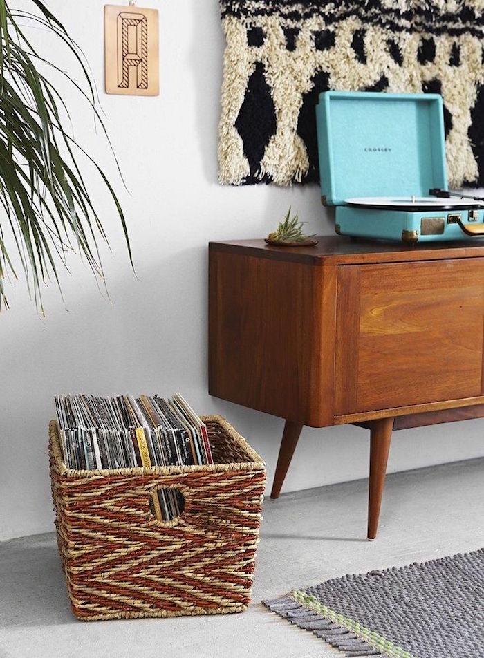 caisse panier en rotin pour rangement disques vinyles 33 tours et objet déco dans salon style scandinave avec meuble buffet vintage en bois