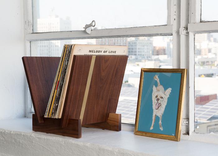 support en bois design fait main en forme de V pour ranger disques vinyles partout même sur rebord de fenêtre
