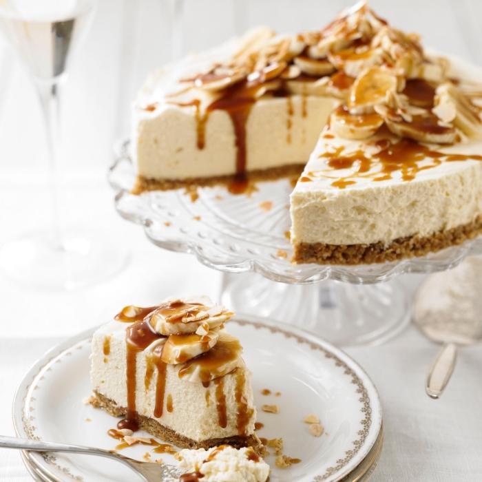 cheesecake au mascarpone et à la banane sur un fond de biscuits au glaçage de coulis caramel, gateau avec mascarpone