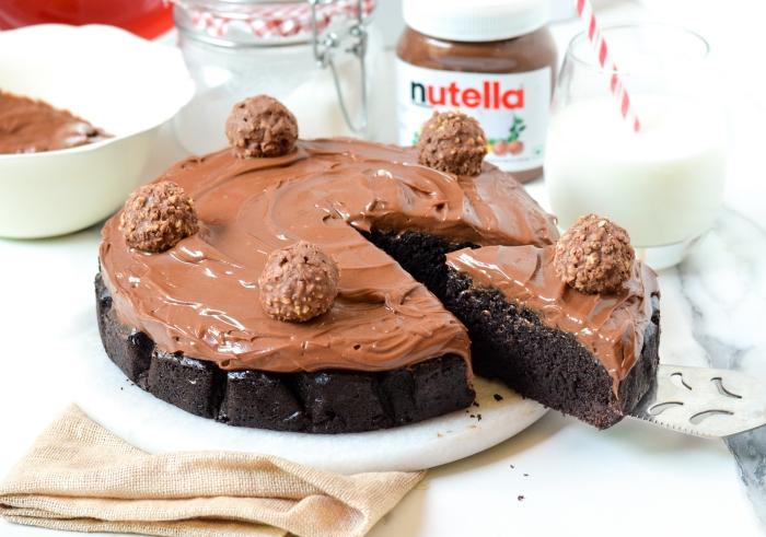 recette de moelleux au nutella sans oeufs avec une ganache riche de chocolat et une simple décoration de truffes au chocolat