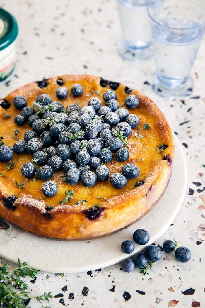 gâteau aux deux fromages façon cheesecake avec une garniture de myrtilles, gateau avec mascarpone et ricotta
