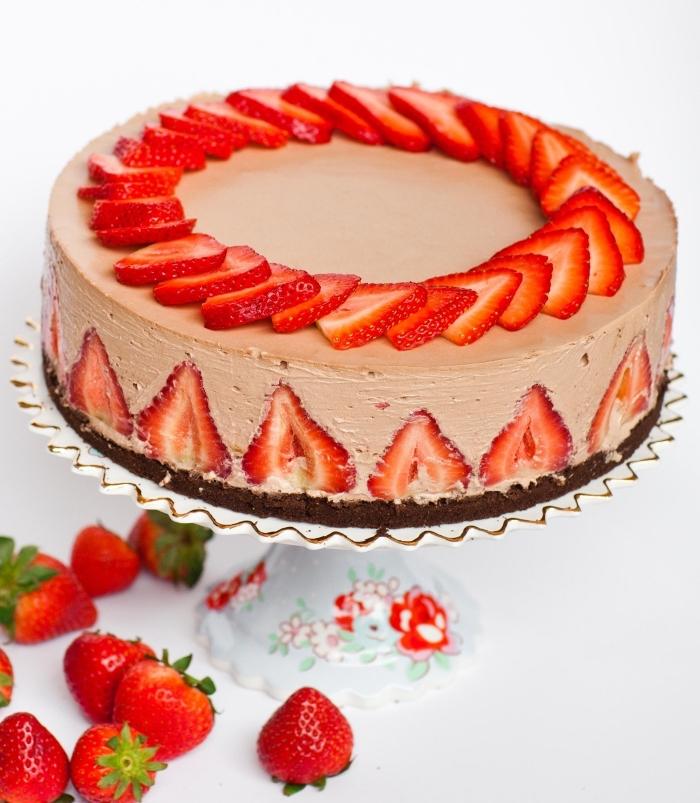 recette de cheesecake cru au nutella et aux fraises d'une belle texture onctueuse avec une base de miettes de biscuits au chocolat , gateau nutella et fraises sans cuisson pour le goûter ou pour une occasion spéciale