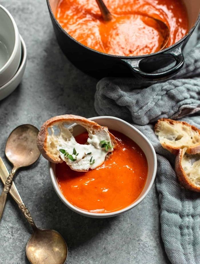 soupe à la tomate et au mascarpone servie avec une tranche de pain de campagne, recette salée avec mascarpone