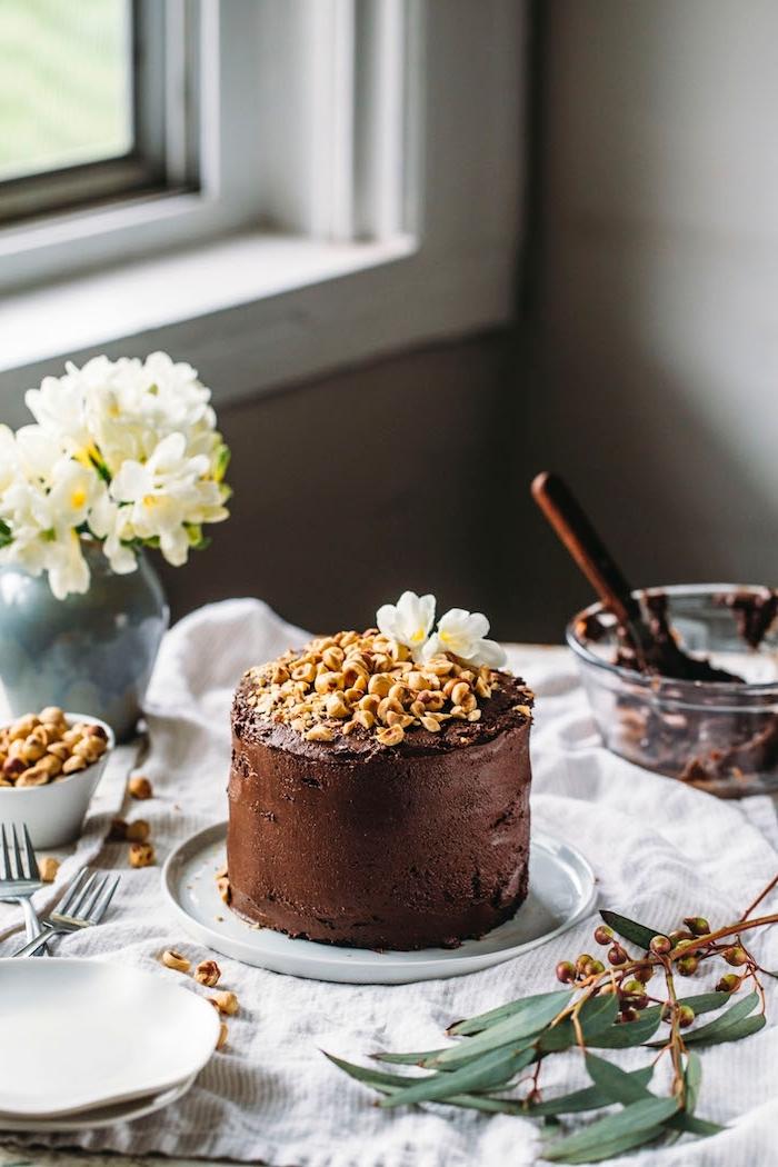 gateau anniversaire adulte au nutella et noisettes en version vegan, recette de glaçage vegan au chocolat et aux noisettes