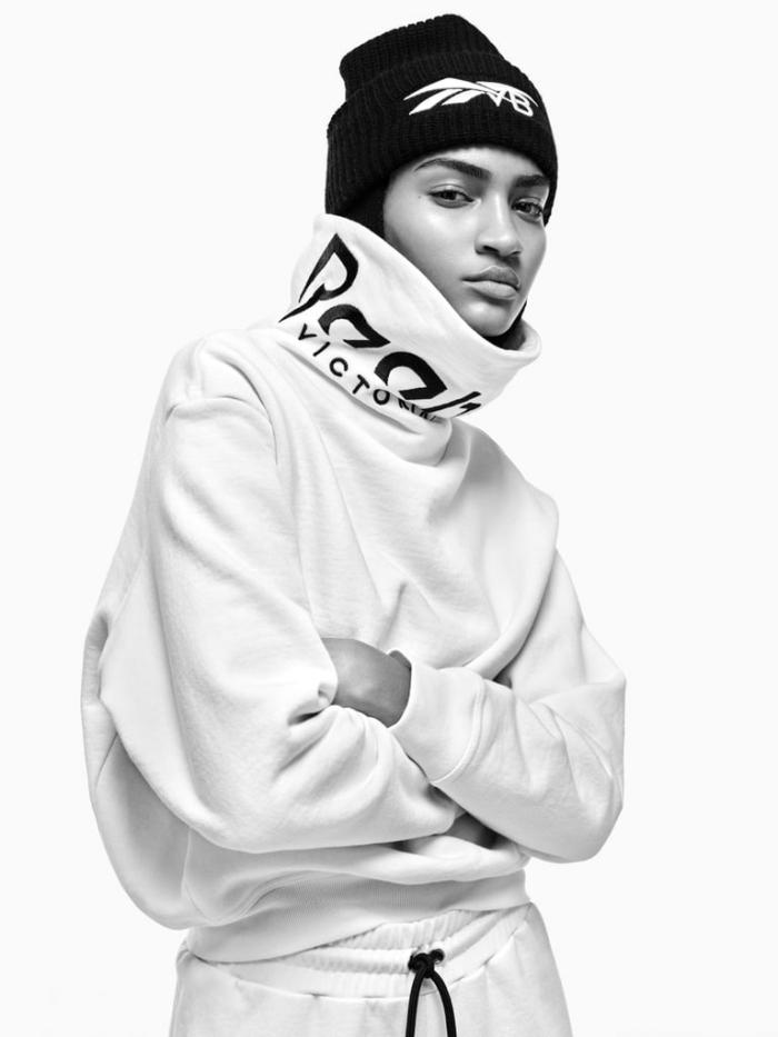 bonnet noir de Reebok, idée tenue sportive unisexe, vêtements de la collection sportive de Victoria Beckham