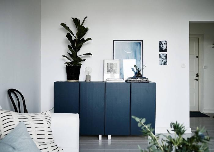 odée pour peindre un meuble ikea et le transformer en véritable accent déco, un caisson ivar repeint en bleu avec des pieds blancs rajoutés qui se fait un accent déco chic dans ce salon scandinave