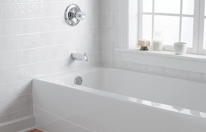 renovation de salle de bain avec carrelage mural et peinture pour baignoire blanche epoxy