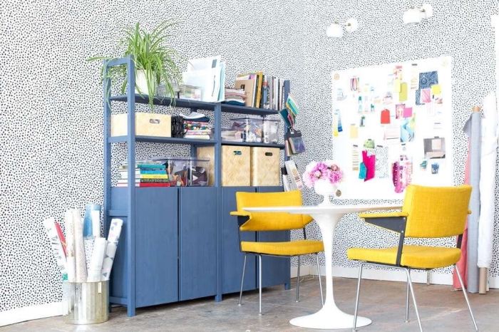 meuble de rangement ivar avec étagères et armoires peint en bleu dans un salon aux accents jaunes, un meuble salon ikea relooké avec de la peinture à la craie