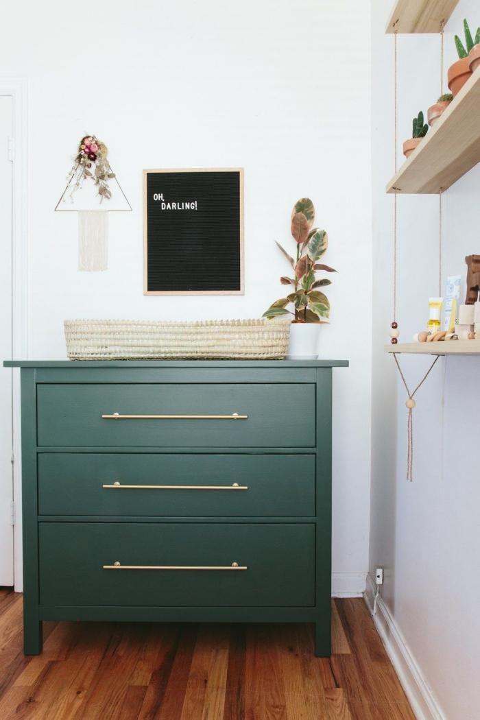 idée pour repeindre meuble ikea, commode à trois tiroirs peinte vert foncée avec de nouvelles poignées dorées transformer en table à langer pour la chambre bébé