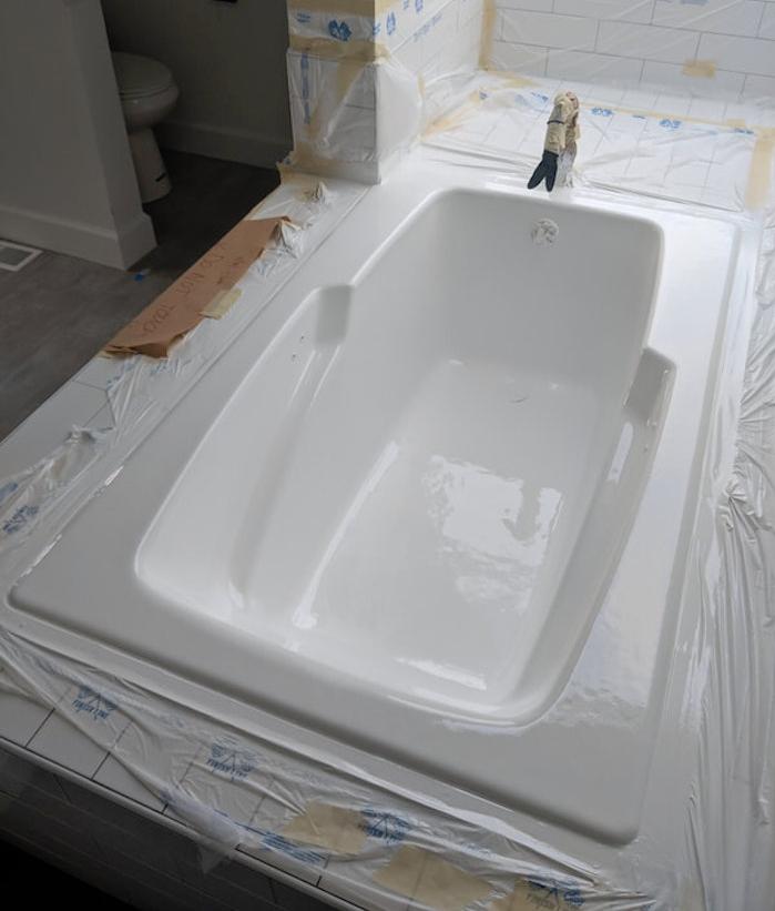 photo d'une renovation de baignoire avec application de peinture epoxy blanche