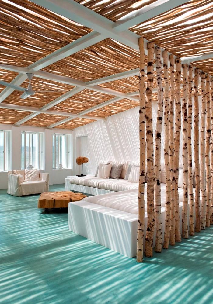 décoration de style exotique avec accents style marine, salon bord de mer aux murs blancs avec mur séparateur en bois