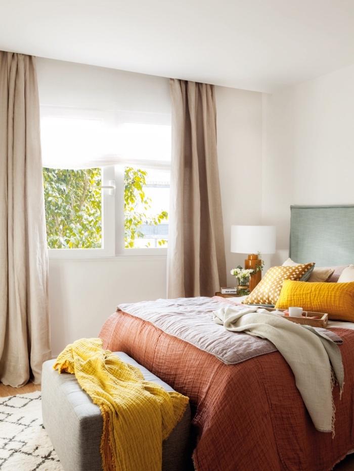 idée objet deco jaune dans une chambre féminine, modèle de lit avec tête de lit vert menthe, lampe de chevet blanc et bois foncé