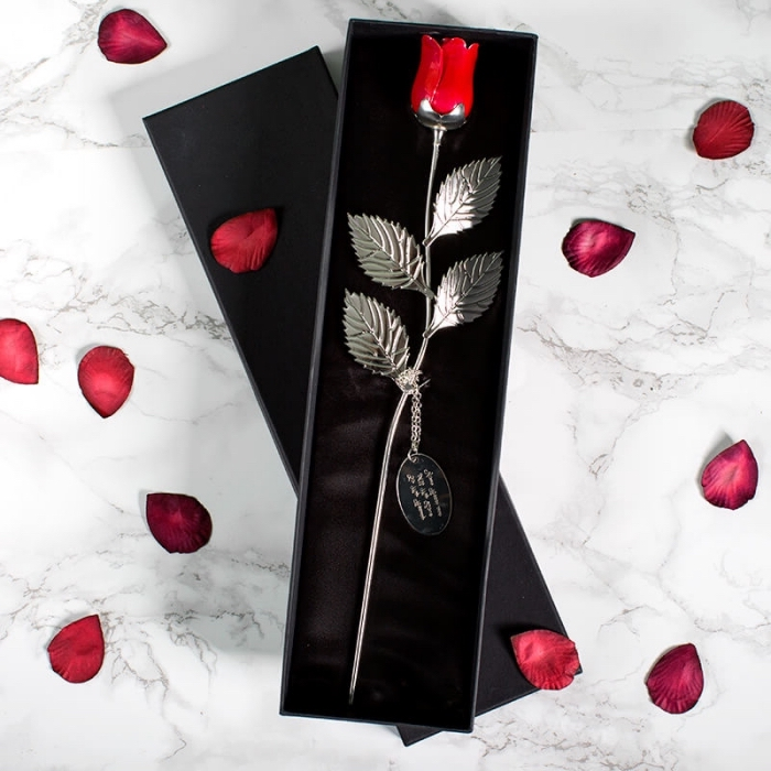 modèle de rose artificielle rouge en métal dans une boîte en cuir noire, idée cadeau saint valentin pour femme élégante