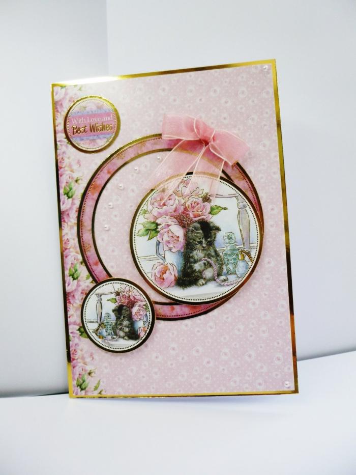 carte anniversaire scrapbooking pour enfant, modèle carte en papier scrap rose aux motifs floraux avec bordure dorée